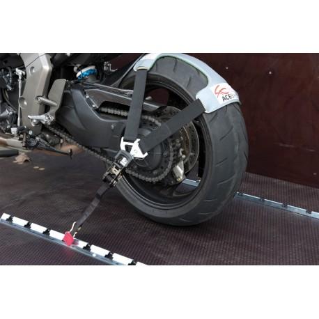 Popruh na motorku na zadní kolo.